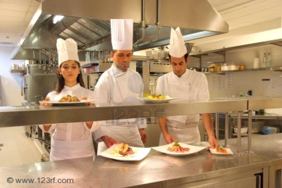 5721849-cuisiniers-dans-une-cuisine-d-39-un-restaurant2